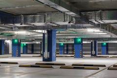 Interior subterrâneo do estacionamento ou da garagem, infraestrutura do carro da cidade foto de stock royalty free
