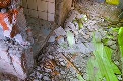 Interior sucio de una casa bajo la revisión y reconstrucción foto de archivo libre de regalías