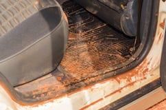 Interior sucio del coche con la arena y el fango por todas partes fotos de archivo