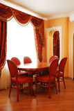 Interior, tabla y sillas del estilo del imperio Fotografía de archivo