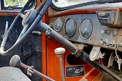 Interior/tablero de instrumentos clásicos del coche fotografía de archivo libre de regalías