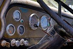 Interior/tablero de instrumentos clásicos del coche imágenes de archivo libres de regalías