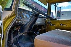 Interior/tablero de instrumentos clásicos del coche imagen de archivo
