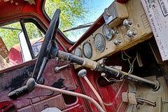 Interior/tablero de instrumentos clásicos del coche fotos de archivo