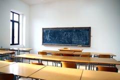 Interior tradicional de la sala de clase con la pizarra Fotografía de archivo libre de regalías