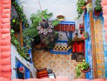 Interior tradicional del riad en Chefchaouen Medina, Marruecos Fotografía de archivo libre de regalías