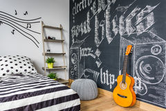 Interior unisex del adolescente con la guitarra Fotos de archivo