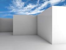 Interior vacío blanco del sitio debajo del cielo azul nublado Fotos de archivo libres de regalías