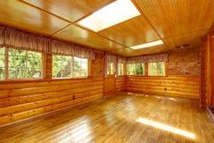 Interior vacío brillante de la casa de la cabaña de madera con los tragaluces Fotografía de archivo
