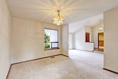 Interior vacío de la casa con el piso abierto Fotografía de archivo