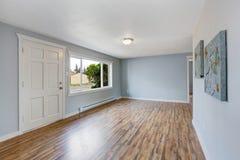 Interior vacío de la casa con las paredes azules claras Imagen de archivo libre de regalías