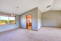 Interior vacío de la casa del campo con el alto techo saltado Fotos de archivo libres de regalías