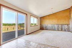 Interior vacío de la casa del campo Pared anaranjada con el tablón de madera Fotografía de archivo