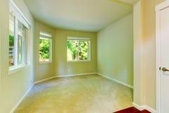 Interior vacío de la casa Dormitorio simple con tres ventanas Imagen de archivo