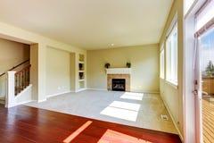 Interior vacío de la casa Sala de estar con la chimenea Foto de archivo