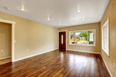 Interior vacío de la casa Sala de estar espaciosa con nuevo flo de la madera dura Fotos de archivo libres de regalías