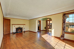 Interior vacío de la sala de estar del hogar del estilo del tudor Foto de archivo libre de regalías