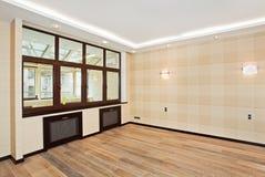 Interior vacío de la sala de estar en estilo moderno Imágenes de archivo libres de regalías
