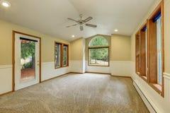 Interior vacío de la sala de estar en los tonos blancos y beige Imágenes de archivo libres de regalías