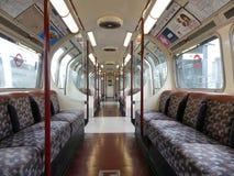 Interior vacío del carro del tren de la acción del metro 1972 de Londres imagenes de archivo