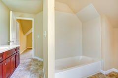 Interior vacío del cuarto de baño Imagen de archivo libre de regalías