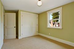 Interior vacío del dormitorio en color ligero de la menta Imagen de archivo libre de regalías