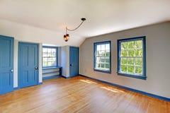 Interior vacío del sitio del sótano con las puertas y el suelo de parqué azules Fotos de archivo libres de regalías