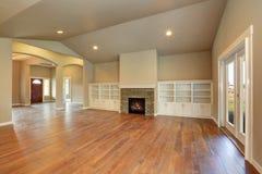 Interior vacío espacioso de la sala de estar con el techo saltado foto de archivo