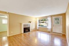 Interior vacío de la casa con la chimenea acogedora Imagenes de archivo