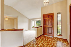 Interior vacío de la casa Vestíbulo de la entrada con linóleo marrón Foto de archivo