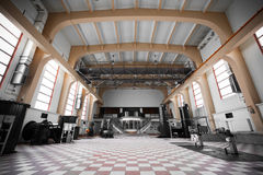 Interior vazio abandonado velho da construção industrial Fotos de Stock Royalty Free