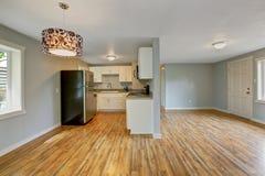 Interior vazio da casa com sala fornecida da cozinha Imagem de Stock
