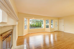 Interior vazio da sala de visitas com o assoalho de folhosa lustrado Fotografia de Stock Royalty Free