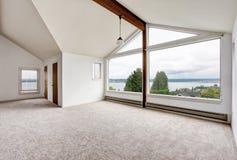 Interior vazio do corredor com assoalho de tapete, a janela grande e opinião perfeita da água fotografia de stock