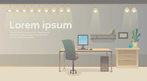 Interior vazio do escritório do espaço de trabalho do computador da cadeira de mesa do local de trabalho nenhuns povos Imagem de Stock