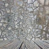Interior vazio para o projeto, o muro de cimento da quebra e o assoalho de madeira Quarto vazio Espaço para o texto e a imagem Id Foto de Stock