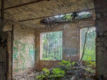 Interior velho abandonado da construção de casa Fotografia de Stock