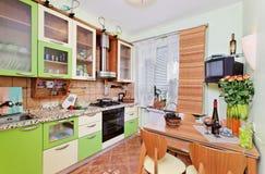 Interior verde da cozinha com muitos utensílios Fotos de Stock Royalty Free