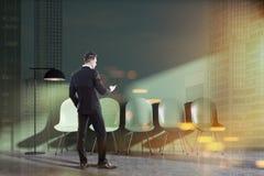 Interior verde da sala de espera, homem de negócios Foto de Stock
