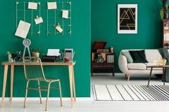 Interior verde del espacio abierto del ` s del freelancer fotografía de archivo libre de regalías