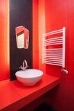 Interior vermelho do banheiro Imagem de Stock