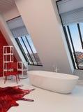 Interior vermelho e branco espaçoso dramático do banheiro Fotos de Stock