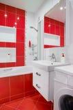 Interior vermelho moderno do banheiro com espelho e showe Foto de Stock Royalty Free