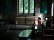 Interior y altar de la iglesia del ` s de Norman St Mary, Ponteland, Northumberland fotos de archivo