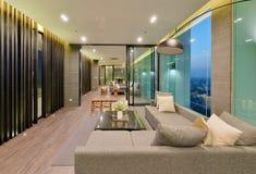 Interior y decoración modernos de lujo de la sala de estar en la noche, inte fotos de archivo