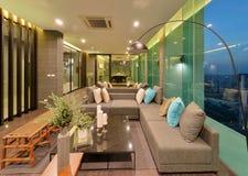 Interior y decoración modernos de lujo de la sala de estar en la noche, inte Fotografía de archivo libre de regalías