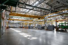 Interior y máquinas del taller de la fábrica imágenes de archivo libres de regalías