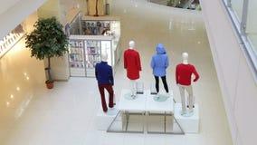 Interior y maniquíes de la tienda de la moda Ventana de visualización del boutique con los maniquíes almacen de video