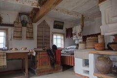 Interior y utensilios en la casa de un campesino imagenes de archivo