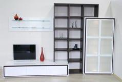 Interiore bianco con la TV immagini stock libere da diritti